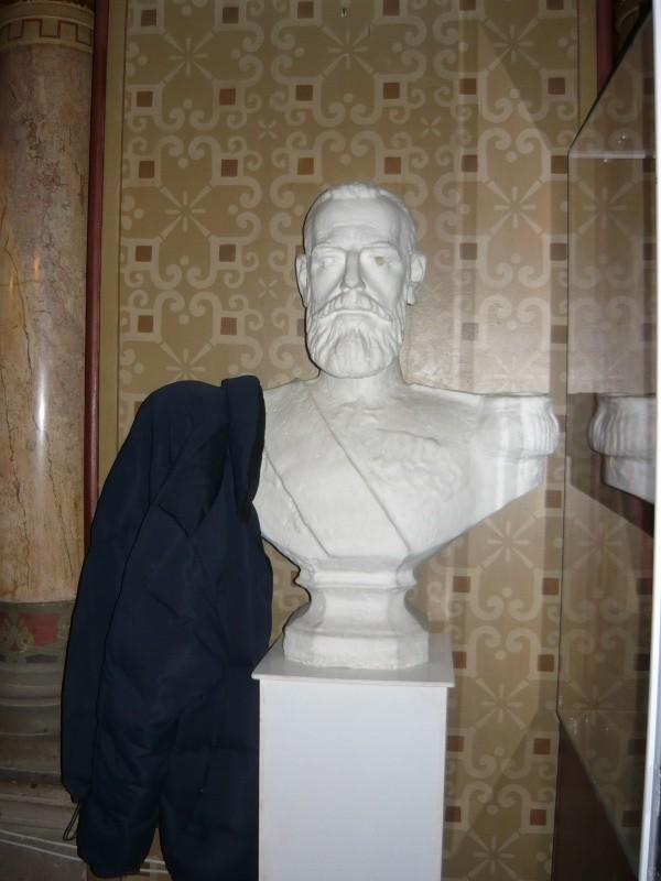 N-am ştiut niciodată al cui e bustul generalului ăsta de pe holul primăriei, dar ştiu bine ce utilitate are acolo