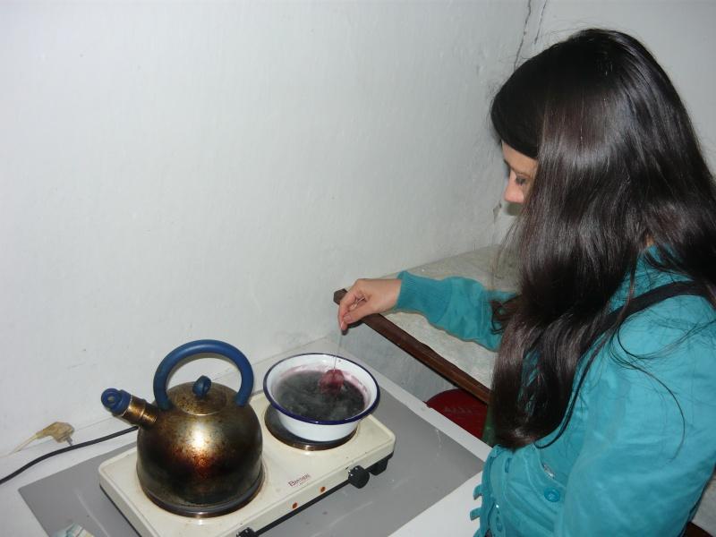 Nu, Corina nu face ceai, ci pigmentează vinul fiert cu scorţişoară şi ingrediente norvegiene