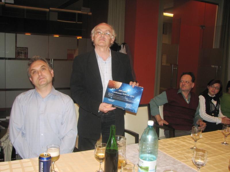 Între prieteni, după primirea premiului pentru cel mai bun roman SF: Lucian Vasile Szabo - stânga, 2/3 din familia Muscă - dreapta.