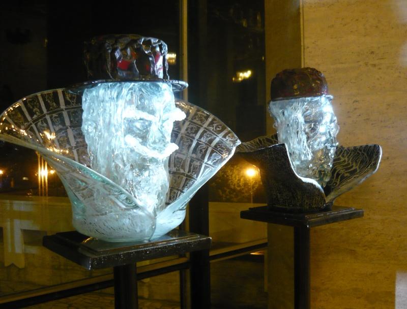 """""""Sculpturile"""" elisabetane de sticlă ale lui Mihai Ţopescu"""