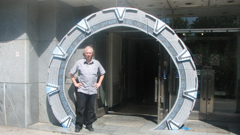Colonelul Jack O'Neill la intrarea în Stargate (Faculty of Electrical Engineering and Computer Sciences)