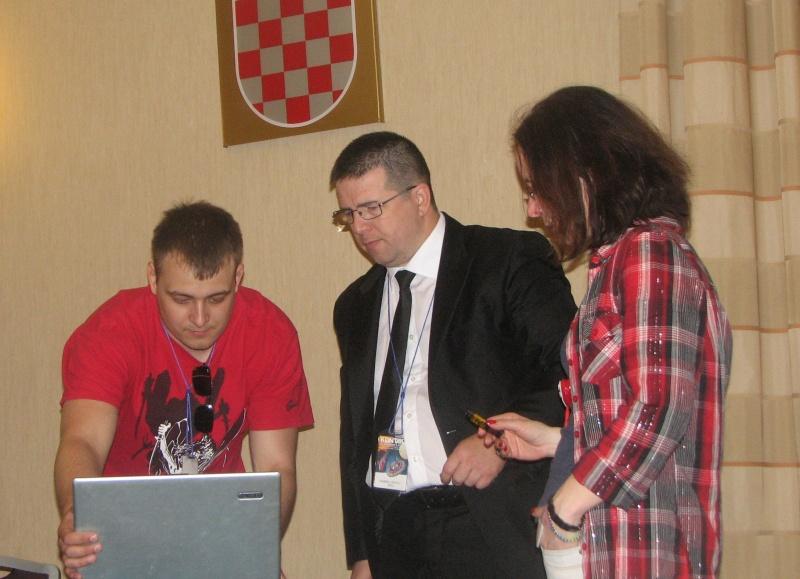 Eugen Lenghel (man in black) face ultimele reglaje cu operatorul în vederea prezentării ofertei României pentru organizarea Euroconului 2014