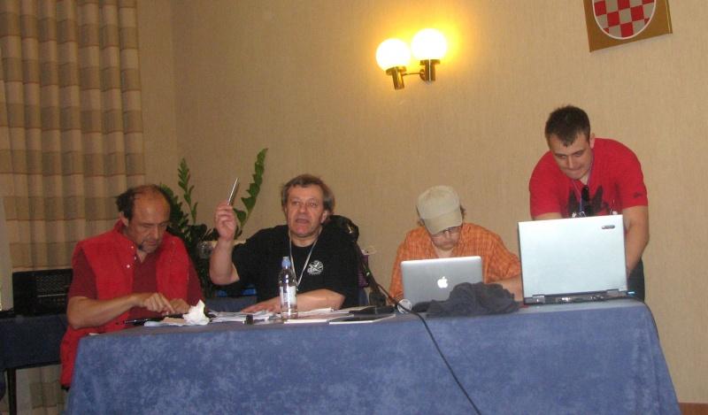 Irlandezul Dave Lally, între Roberto Quaglia şi Bridget Wilkinson, răcnind la participanţi să-şi închidă telefoanele mobile.