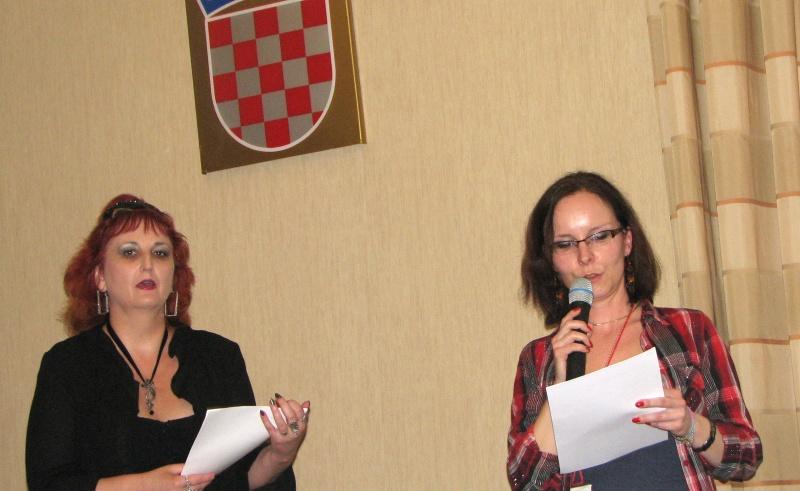 Candidaţii sloveni au beneficiat şi de o adevărată broşură de prezentare, dar mai ales de reprezentante drăguţe care au vrut să convingă auditoriul.