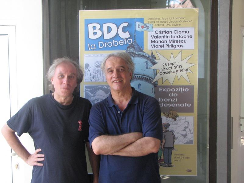 Viorel Pîrligras şi Cristian Ciomu - jumătate din BDC - în faţa afişului de la intrarea în Castelul Artelor