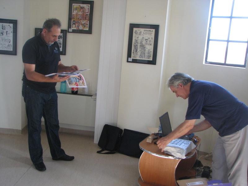 Dragan Predić, lecturând, şi Cristian Ciomu, luptându-se cu tehnologia