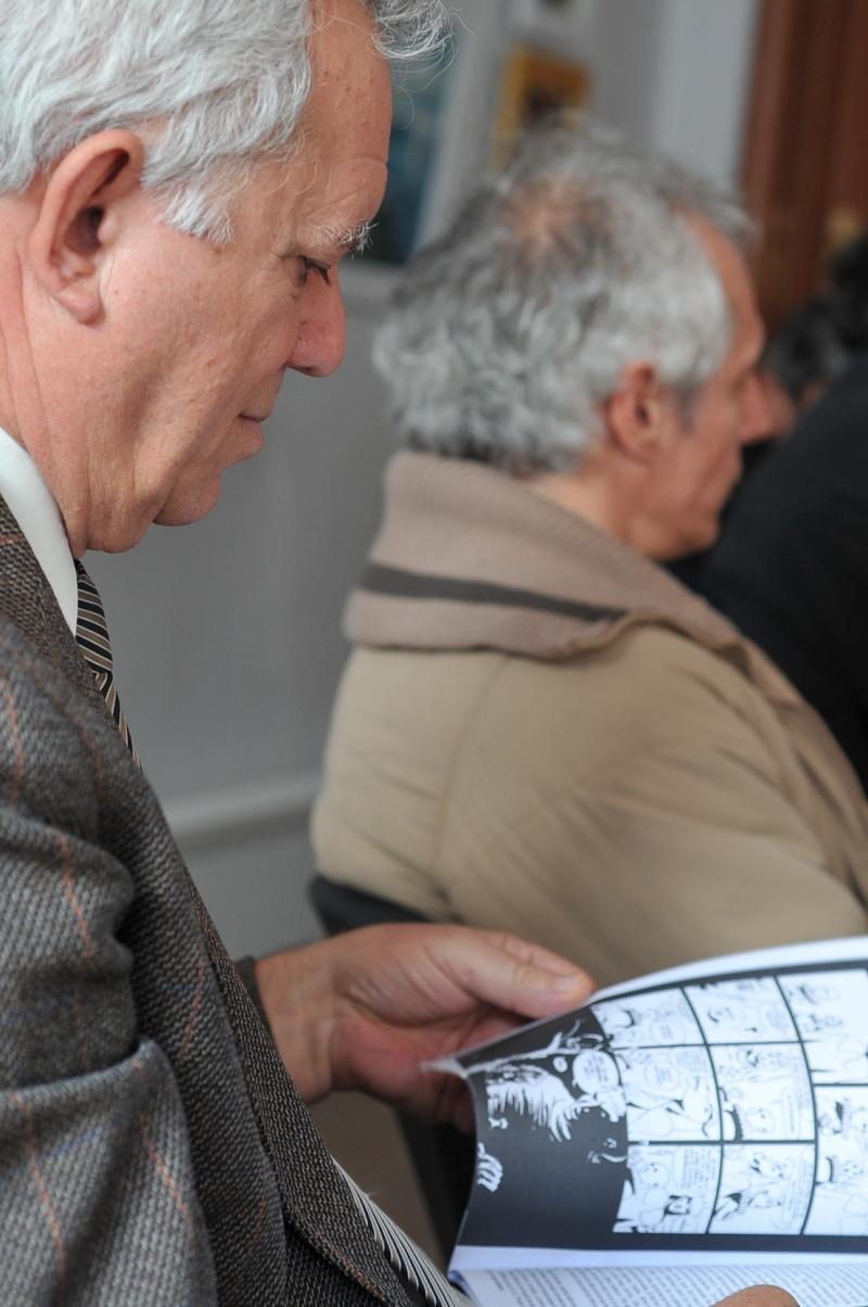 Mircea Pospai citind benzi desenate