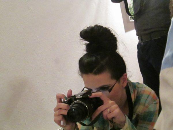 """""""o fată cu părul împletit în multe codiţe negre deschide lacătele grilajului"""" (L.P.S. – Nani)"""
