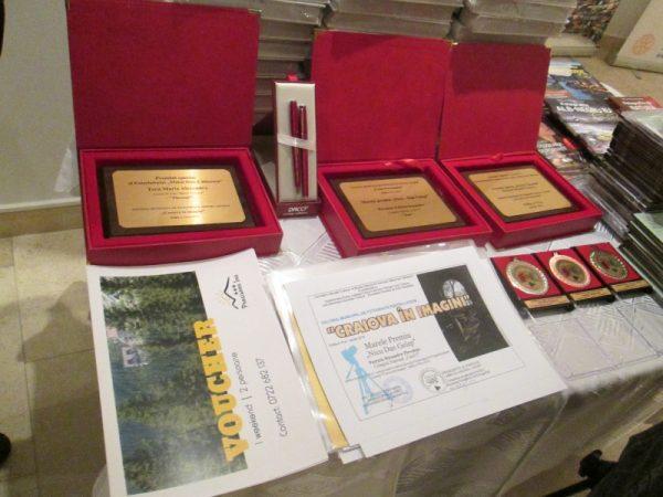 Diplomele de participare. În stânga, voucherele de week-end la cabană oferite de sponsori.