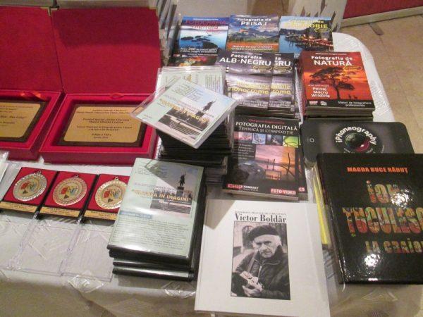 CD-urile, albumele şi revistele de fotografie oferite participanţilor