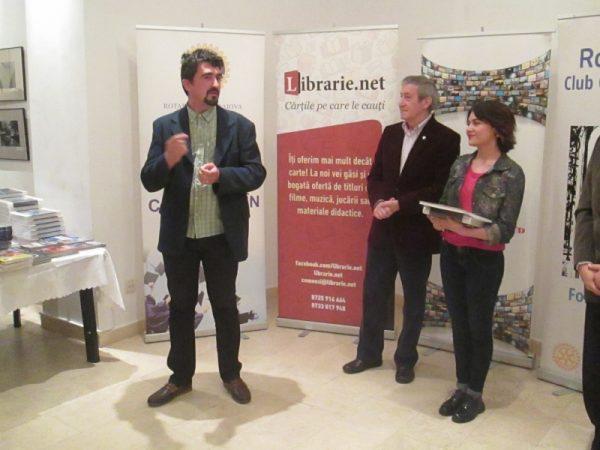 Silviu Bratu, reprezentantul sponsorului ARoTT, anunţând sponsorizarea financiară