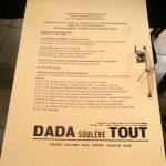 Isteţii au pus sfoara de agăţare în Dada's style, adică invers.