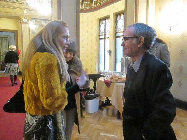 În preambulul manifestării. Carmen Theo şi George Popescu într-un dialog de foaier.