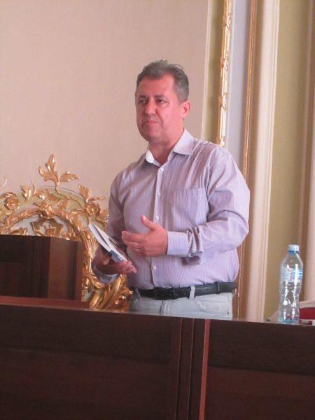 Mihai Firică, apreciind cartea lansat ca un bun cadou de făcut la ocazii aniversare.