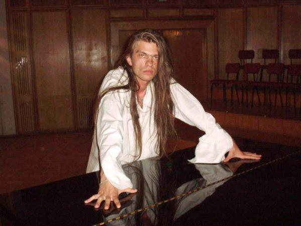 """AkCaroll la finalul concertului """"Abstract Lou"""" din 2003."""