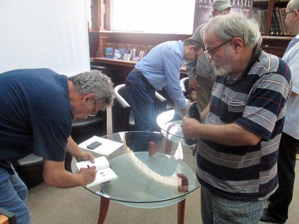 Un autograf pentru poetul Ionel Ciupureanu.