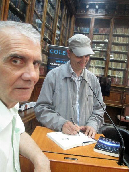 Aurel Cărăşel acordând un autograf graficianului Marius Ghergu.