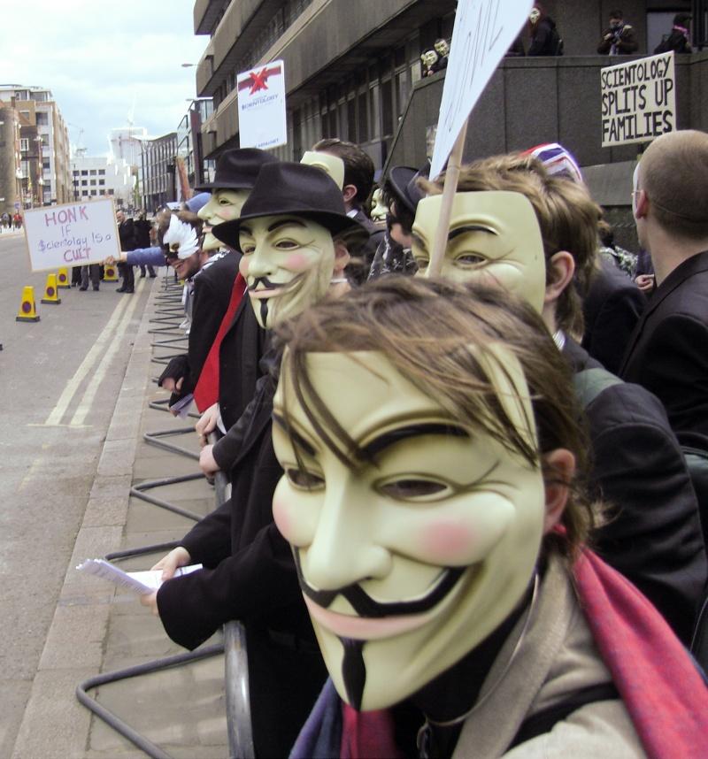 Mascaţi protestând împotriva Bisericii Scientologice - 15 martie 2008  (foto: JamesHarrison)