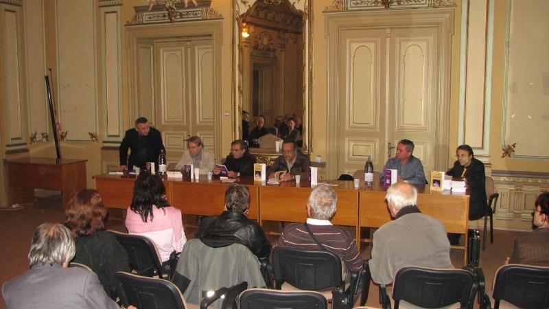 Marius Ghica (stânga) dă cuvântul invitaţilor