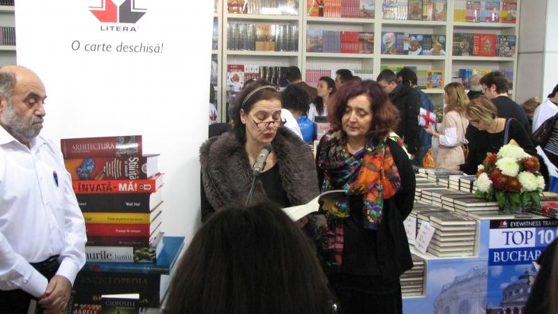 "Maia Morgenstern, lecturând din volumul ""Ciobit - Interviuri cu Maia Morgenstern"", de Oana Popescu."