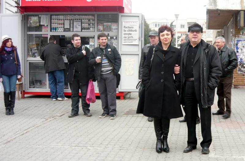 În prim-plan: Sorina Sorescu şi Nicolae Marinescu. Dana Micu, Petrişor Militaru care, în continuare, îşi cumpără ţigări de la chioşc (glumesc, nu fumează) fratele lui, Gabriel Nedelea, Marin Budică, şoferul.