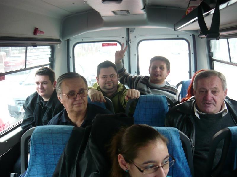 Şi gaşca din car: spate: fraţii Militaru, Gabriel Nedelea. Faţă: Aurelian Zisu, Marin Budică. Prim-plan: Maria Dinu