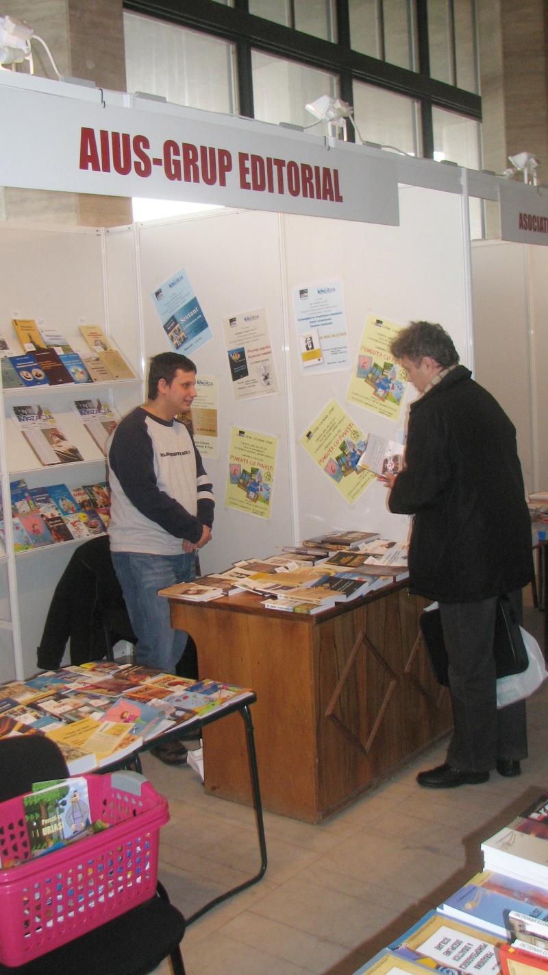 Gabriel Nedelea faţă în faţă cu un cumpărător - aici Pompiliu Demetrescu (Craiova e mică şi cunoaştem toţi iubitorii de carte).