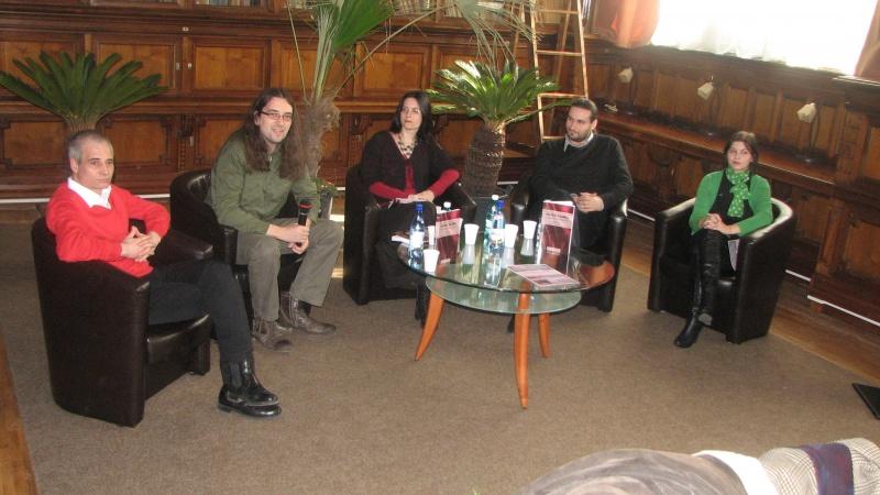 O altă lansare, de data aceast la Biblioteca judeţeană: volumul lui Mihai Ene. De la stânga: Editorul Adi Botnaru, Cătălin şi Andreea Ghiţă, Mihai Ene, reprezentanta bibliotecii