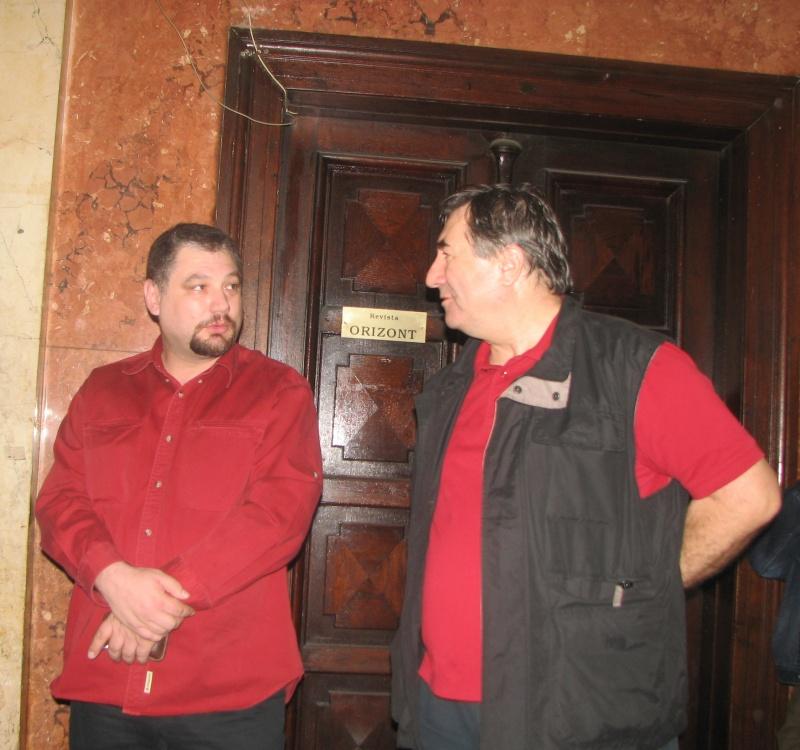 Un studiu în roşu: editorul Mugur Cornilă şi Cornel Secu.