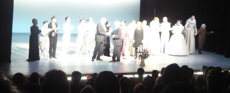 Robert Wilson primeşte trofeul festivalului din mâna lui Emil Boroghină