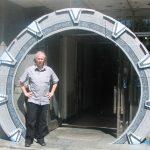 Colonelul Jack O'Neill la intrarea în Stargate (Faculty of Electrical Engineering and Computer Sciences)