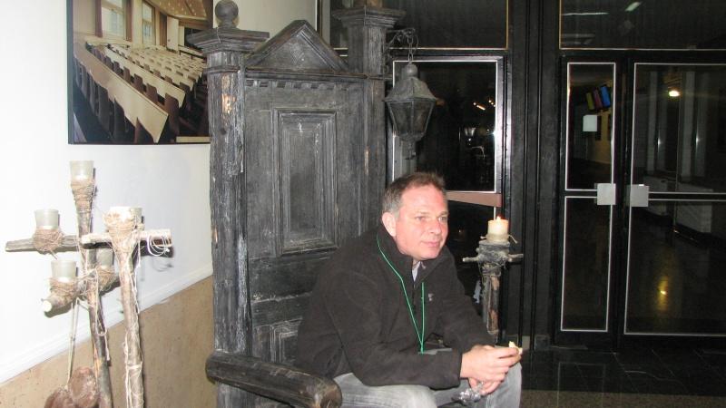 Tronul de fier? Nu. Cristian Mihail Teodorescu, aşteptând auditoriul, la Reading Corner
